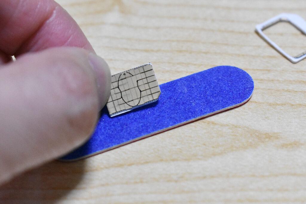 紙やすりでていねいに外側を削ります